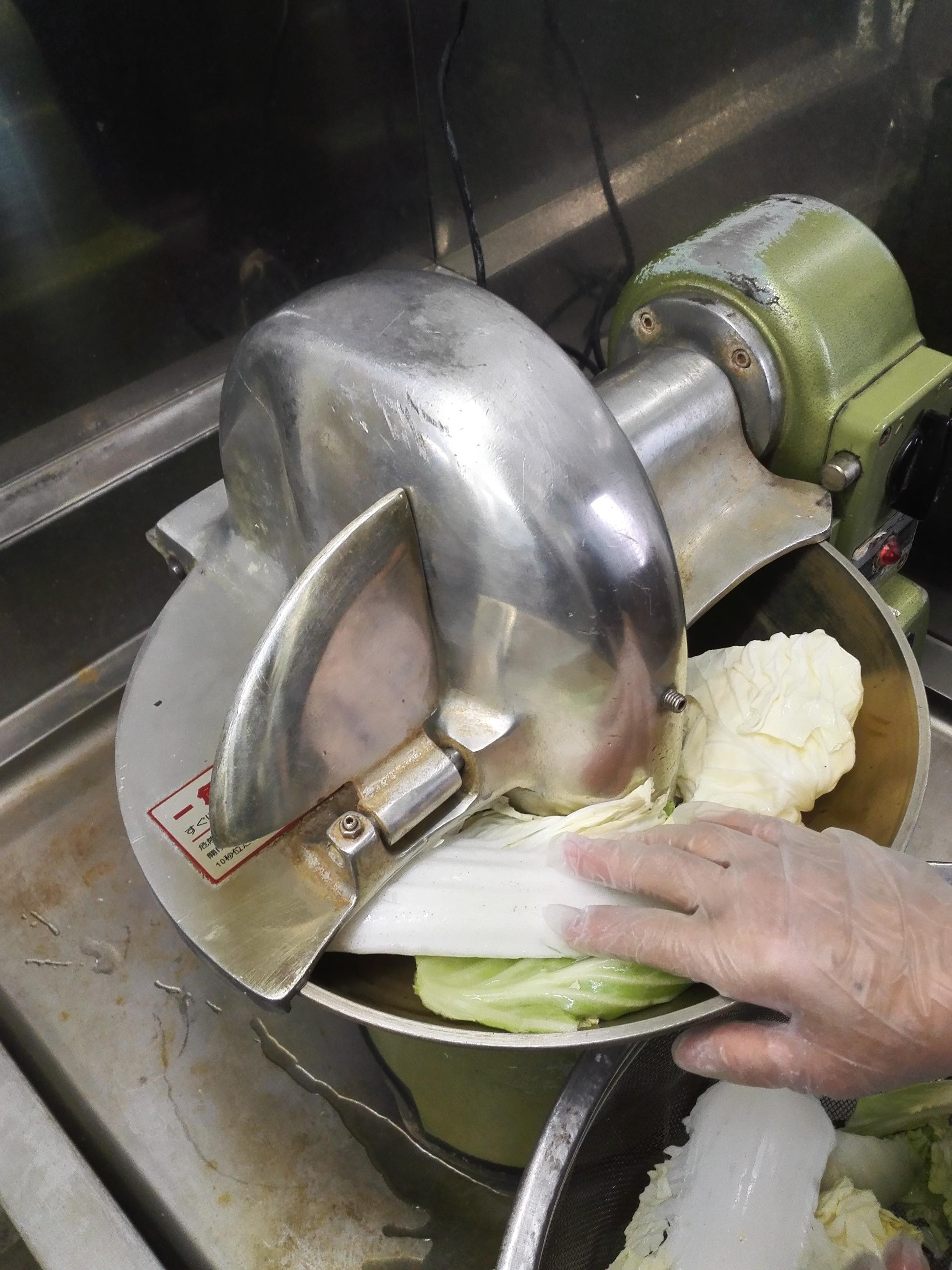 フードカッターで野菜を切断します